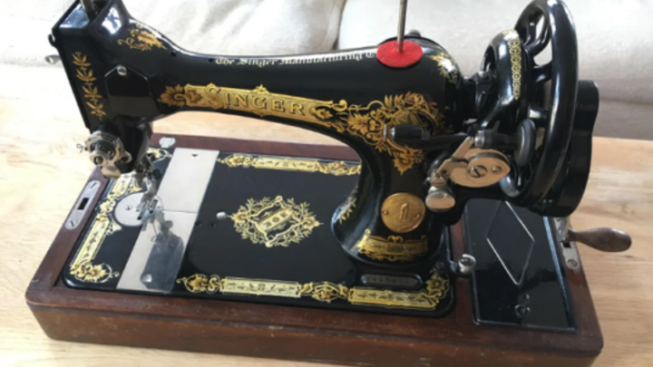 A beautifully maintained antique black-and-gold Singer sewing machine. Source: Reddit